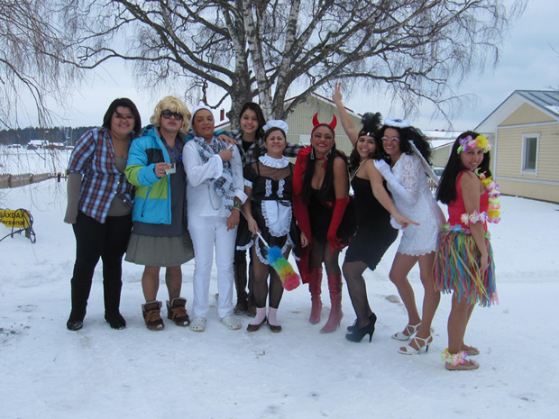 Hellen e os amigos brincam o carnaval na cidade de Vaasa, na Finlândia, mesmo com frio e neve (Foto: Hellen Martins/VC no G1)