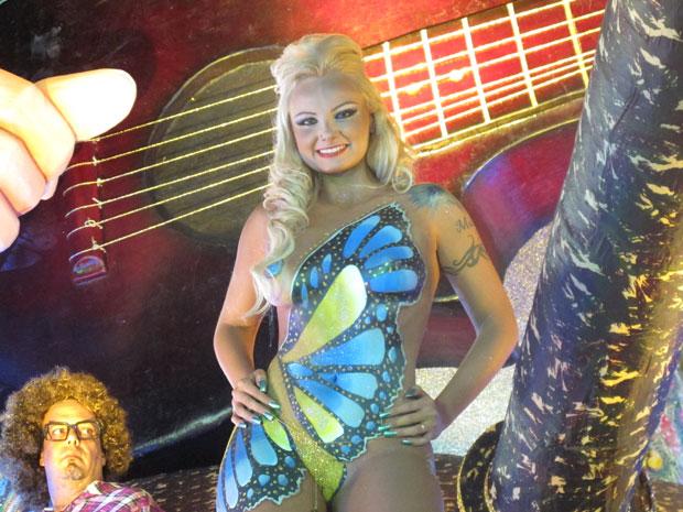 """A funkeira Suéllem Rocha, a Mulher Pêra, disse na madrugada deste domingo (19), antes do desfile da Águia de Ouro, que desfilar com pouca fantasia significa liberdade. """"Eu adoro dançar pelada. Estou linda, leve e solta. Minha fantasia não machuca nada"""", a (Foto: Lívia Machado/G1)"""