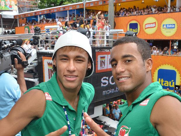 Neymar e Lucas com o trio de Ivete Sangalo no circuito Campo Grande