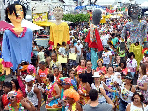 Milhares de pessoas enfrentam a chuva e brincam no bloco Rasgadinho (Foto: André Moreira/Divulgação/PMA)