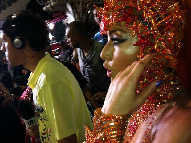 """A apresentadora Sabrina Sato ficou machucada durante o desfile da Gaviões da Fiel. Ela se cortou em parte de acrílico da fantasia e cortou os dedos da mão esquerda. Apesar de chegar sangrando à dispersão, ela minimizou o incidente: """"Nem senti nada, estou  (Foto: Bruno Azevedo/G1)"""
