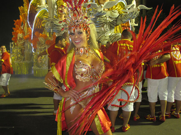 Mais uma imagem da madrinha de bateria antes do desfile da Tom Maior (Foto: Juliana Cardilli/G1)