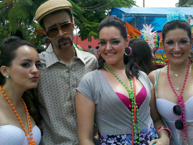 Foliões se fantasiam para brincar no bloco I Love Cafusú. (Foto: Katherine Coutinho / G1 PE)