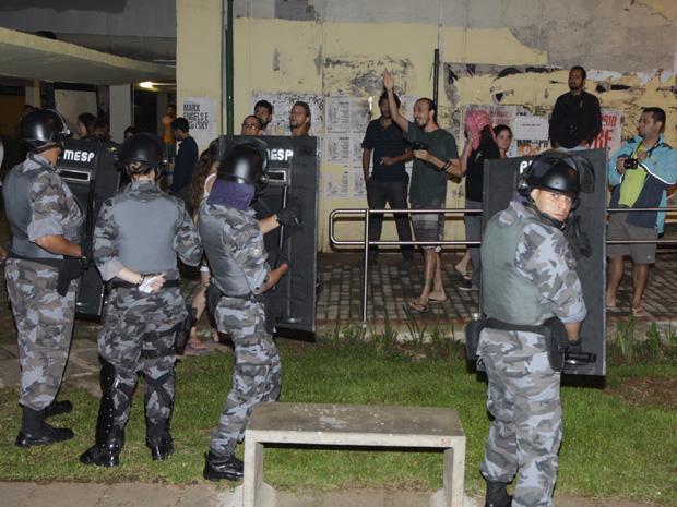 Doze pessoas foram detidas durante a desocupação de prédio na USP (Foto: Divulgação / PM)