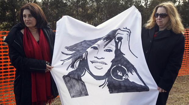 Do lado de fora do cemitério de Faiview, fãs aguardam a chegada do carro que traz o corpo de Whitney (Foto: Carlo Allegri/Reuters)