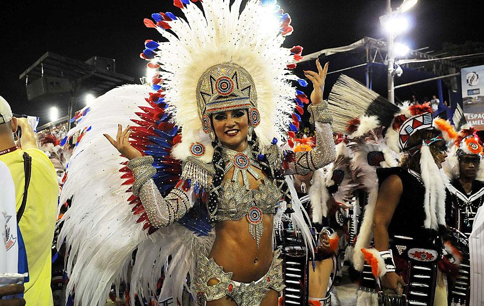 Bruna Bruno, rainha de bateria da União da Ilha, dá show na avenida.