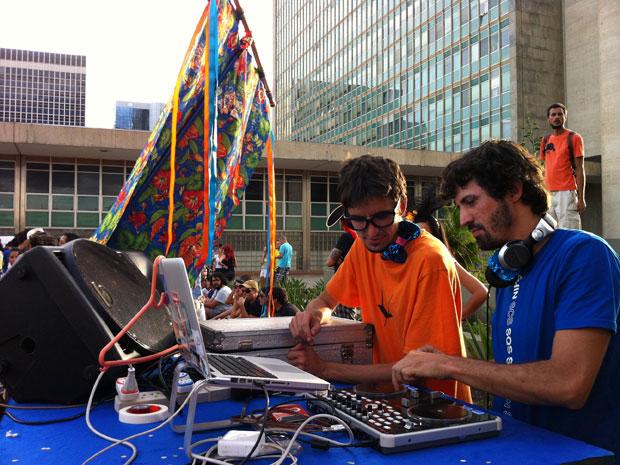 Djs definem repertório durante apresentação do bloco. (Foto: Káthia Mello/G1)