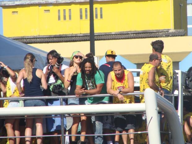 Isabeli Fontana e Rohan Marley curtem carnaval em cima do trio da banda Chiclete com Banana.  (Foto: Eduardo Freire/G1)