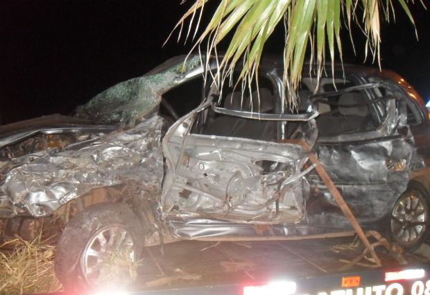 carro fica destruido ao bater we mcaminhao em itarare (Foto: Divulgação / Polícia Rodoviária)