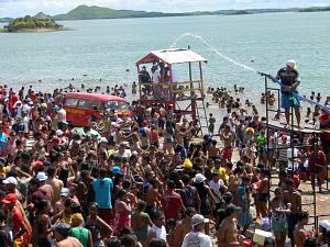 População de Orós curte o carnaval às margens do açude que dá nome ao município.  (Foto: Josemberg Vieira/divulgação)
