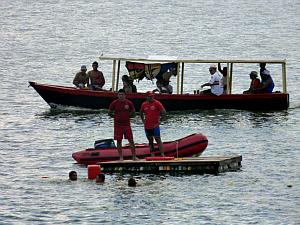 Guarda-vidas fazem a segurança dos banhistas no açude. (Foto: Josemberg Vieira/divulgação)