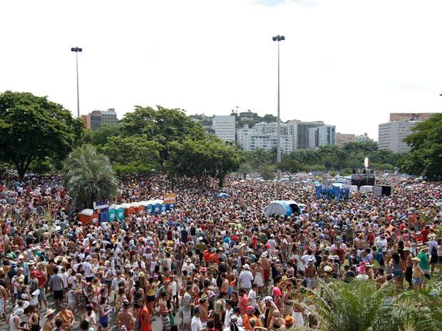 Uma multidão dança no Aterro do Flamengo ao som dos sucessos do Beatles em ritmo de carnaval, numa mistura que consagrou o bloco Sargento Pimenta (Foto: Ideraldo Gomes/G1)
