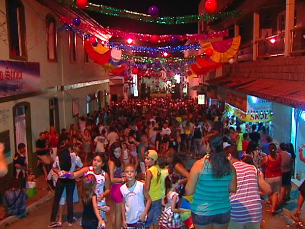 Multidão vai atrás dos bonecos gigantes de Santa Leopoldina (Foto: Reprodução/TV Gazeta)