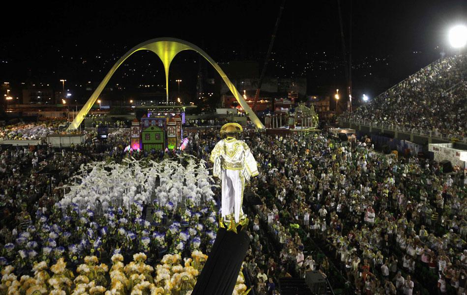 Erguido por grua, integrante da Unidos da Tijuca foi às alturas representando o homenageado do desfile, Luiz Gonzaga.