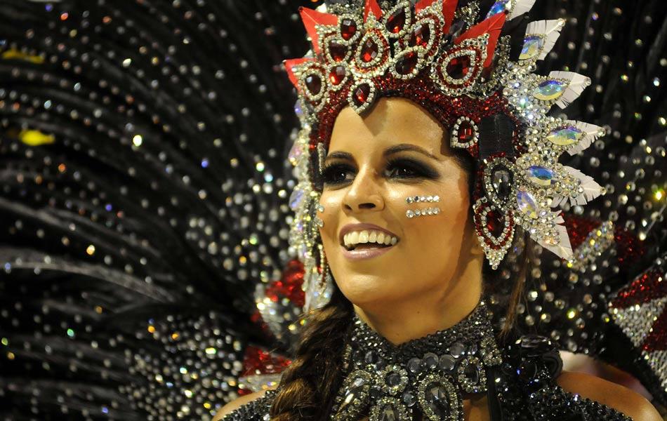 Renata Santos, rainha de bateria da Mangueira.