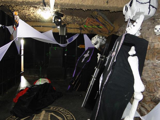 Bloco mantém tradição macabra desde a sua criação há 36 anos (Foto: Raquel Freitas / G1)