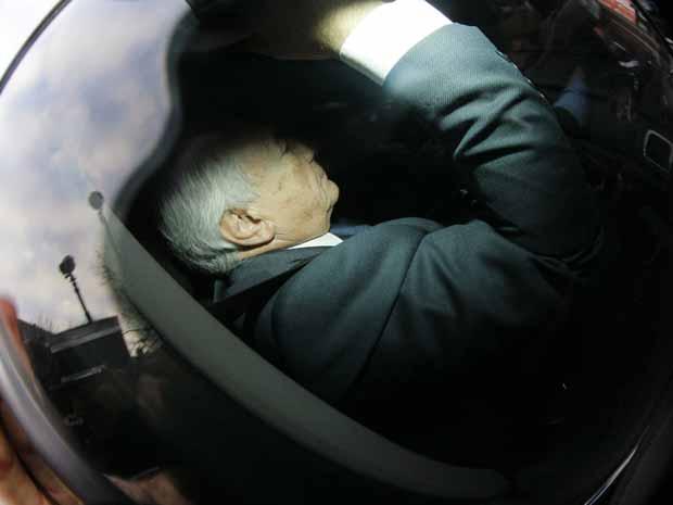 O ex-chefe do FMI Dominique Strauss-Kahn chega à polícia nesta terça-feira (21) em Lille, norte da França (Foto: AP)