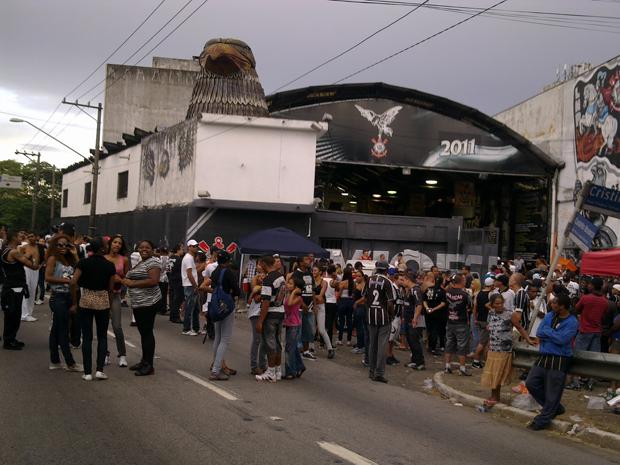 Integrantes da Gaviões da Fiel se concentram em frente à quadra da escola após confusão desta tarde (Foto: G1)