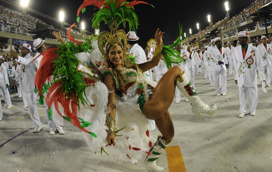 A ex-BBB Mayra Cardi dança na Sapucaí pela Grande Rio.