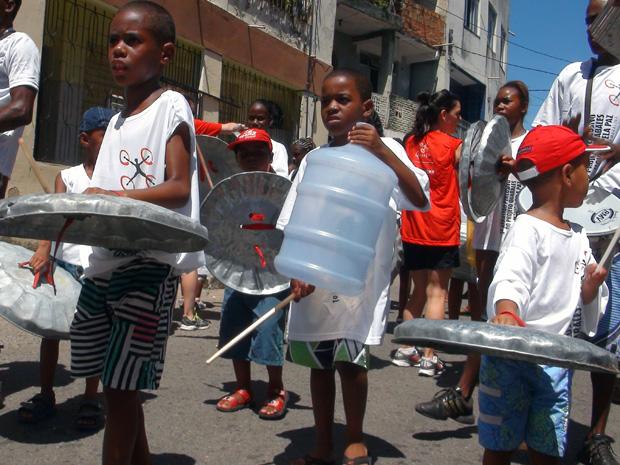 Crianças comandam a percussão do Quabales. (Foto: Lílian Marques/G1)