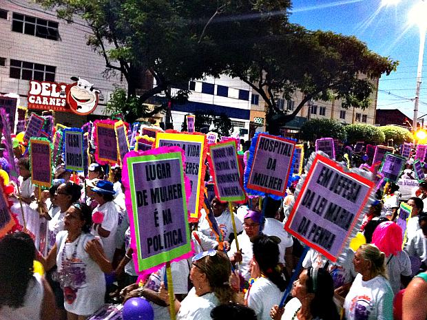 Mulheres fazem protesto durante apresentações no carnaval da Avenida Domingos Olímpio.  (Foto: André Teixeira/G1 CE)