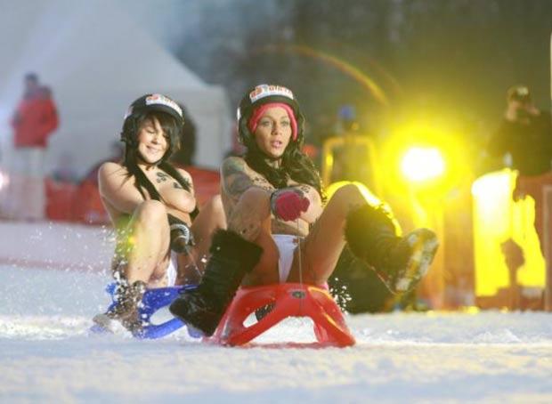 De topless, jovens disputam competição de trenó. (Foto: Reprodução/Site oficial)