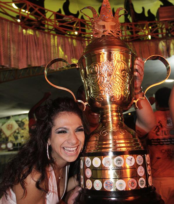 Aline Oliveira, rainha de bateria da Mocidade Alegre, comemora com o troféu na quadra da escola, após a confirmação de que a agremiação foi a campeã do carnaval 2012 em São Paulo.