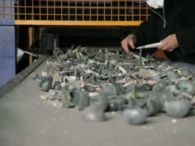 Empresa holandesa recicla implantes de metal retirados de corpos cremados (Foto: OrthoMetals)
