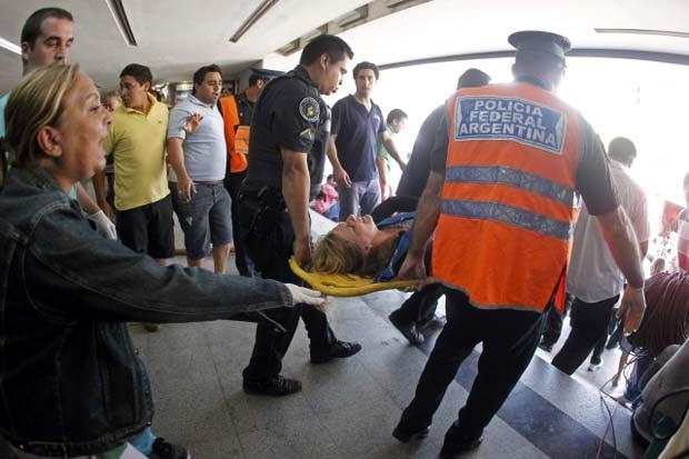 Feridos são retirados do local do acidente nesta quarta-feira (22) em Buenos Aires (Foto: Enrique Marcarian/Reuters)