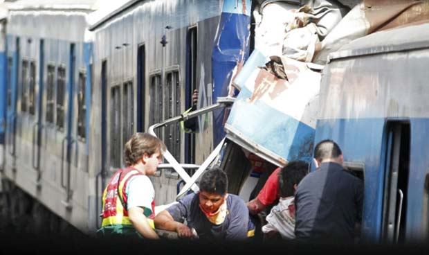 Feridos são retirados de vagões do trem acidentado nesta quarta-feira (22) em Buenos Aires (Foto: Reuters)