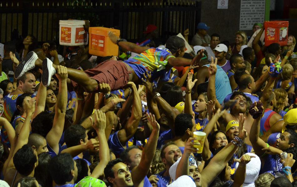 Foliões ainda com muita energia na última noite de carnaval a bordo do bloco Voa Voa (Foto: Eduardo Freire/G1)
