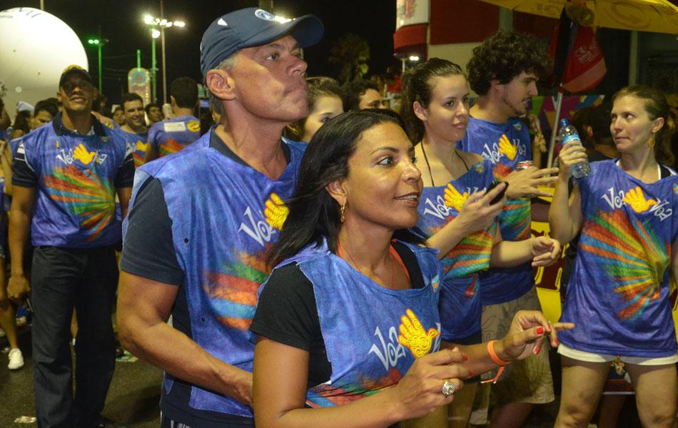 Prefeito de Salvador, João Henrique Carneiro, e esposa Tatiana Paraíso atrás do Chiclete (Foto: Eduardo Freire/G1)