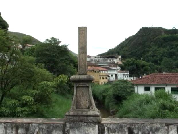 Parte da cruz do século XIX depredada durante o carnaval de Ouro Preto (Foto: Reprodução TV Inconfidentes Ouro Preto)