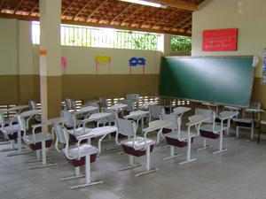 Alunos estão tendo aulo no pátio em escola de Caldas Brandão, PB (Foto: Divulgação/MPPB)