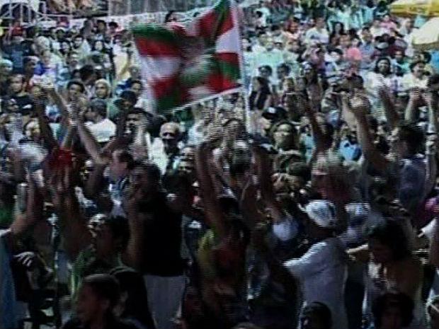 Fãs da escola fizeram a festa nas ruas de Cachoeiro de Itapemirim, no Sul do ES (Foto: Reprodução/TV Gazeta)