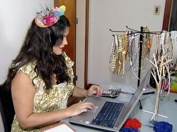 Laila Casteglione vende produtos com a temática carnaval pela internet (Foto: Reprodução/ TV Gazeta)