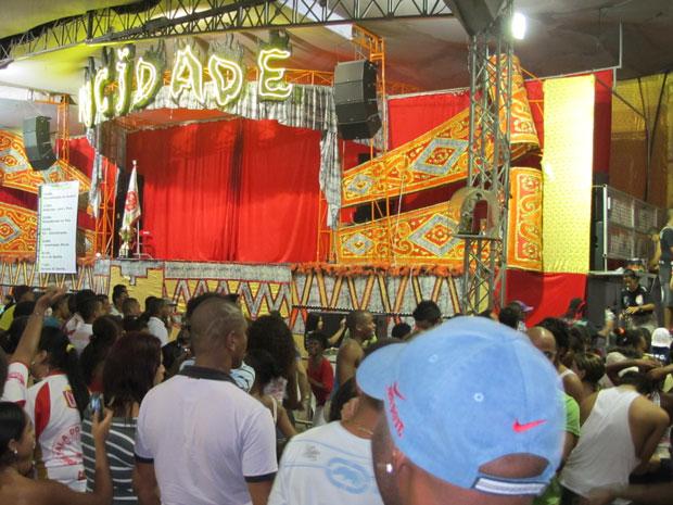 Integrantes da Mocidade Alegre voltaram à quadra da escola na madrugada desta quarta (22) para comemorar o título (Foto: Rafael Oliveira/G1)