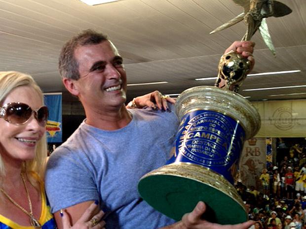 Paulo Barros comemora o título com o troféu na quadra da Unidos da Tijuca (Foto: Taina Bilate / G1)