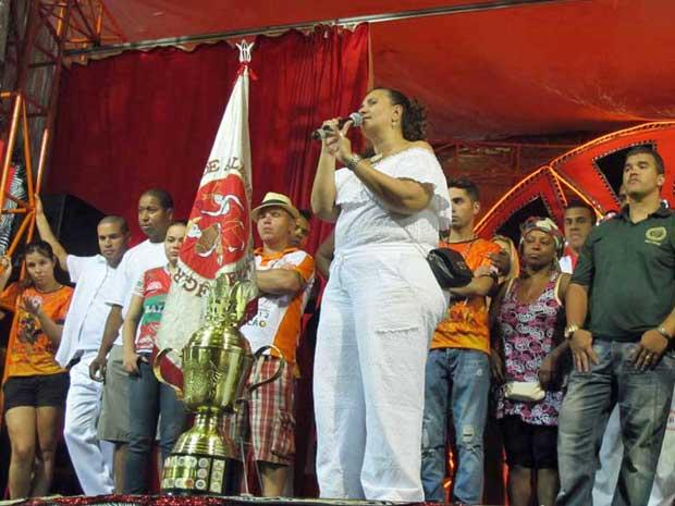 Presidente da Mocidade, Solange Bichara, mostra o troféu e discursa durante festa na quadra da escola. (Foto: Rafael Oliveira / G1)