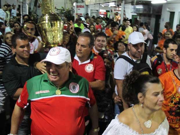 Momento em que o troféu de campeã entra na quadra da Mocidade Alegre. (Foto: Rafael Oliveira / G1)