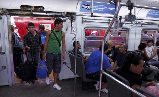 Passageiros andam em trem na estação Once, em Buenos Aires, um dia após o acidente (Foto: AP)