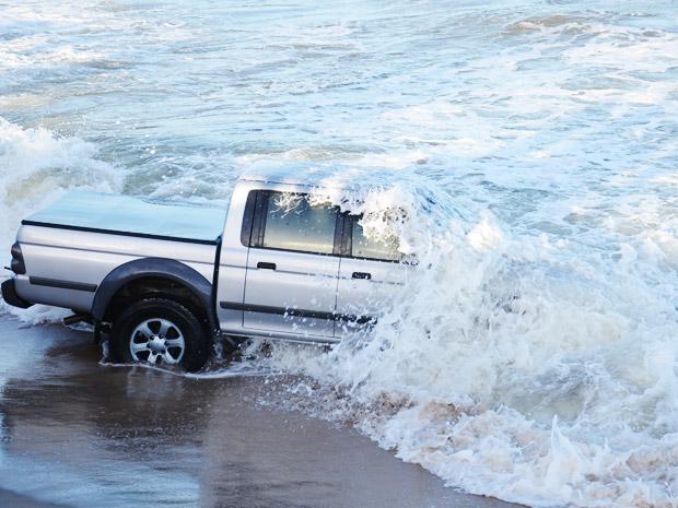 Caminhonete coberta pela água do mar na Paraíba (Foto: Walter Paparazzo/G1 PB)
