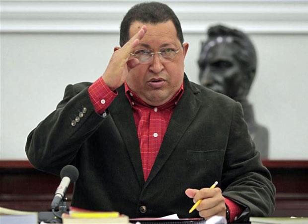Hugo Chávez faz cumprimentos durante o Conselho de Ministros no Palácio dos Miraflores em Caracas, nesta quinta (23) (Foto: Reuters)