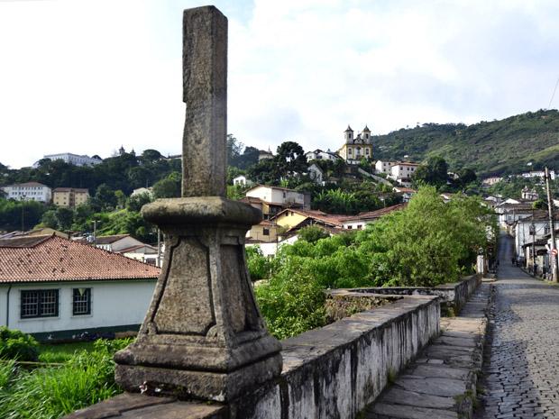 Peça do século XIX foi quebrada por turistas no domingo de carnaval durante passagem de bloco. (Foto: Eduardo Tropia/Ouropress)