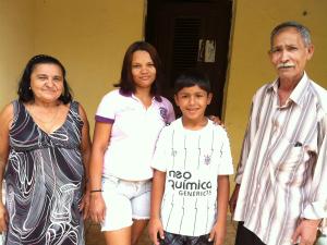 Antes da foto, Souza penteou os cabelos e Raimunda pôs o melhor vestido (Foto: Caroline Alexandre/Colaboração)