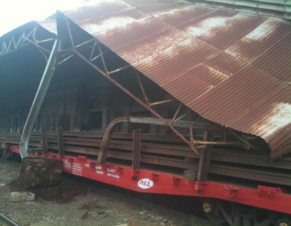 Trem derruba pilastras que sustentavam estrutura de metal (Foto: André Godinho)