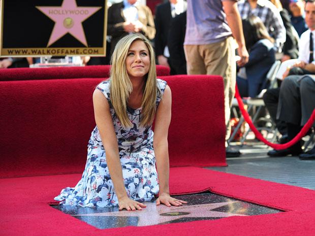 Jennifer Aniston posa ao lado de sua estrela na Calçada da Fama, em Hollywood (Foto: Frederic J. Brown/AFP)