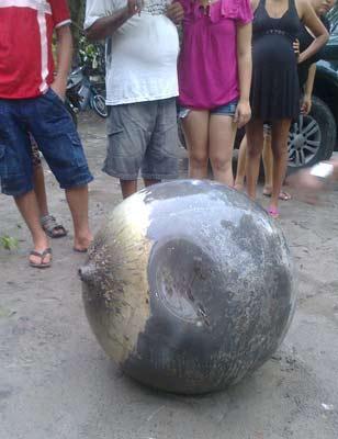 Objeto metálico foi encontrado após moradores ouvirem barulho (Foto: Max Mauro Garreto/Arquivo Pessoal)