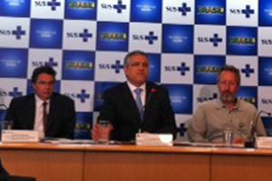 O ministro Alexandre Padilha (centro) durante anúncio dos números da mortalidade materna (Foto: Nathalia Passarinho / G1)