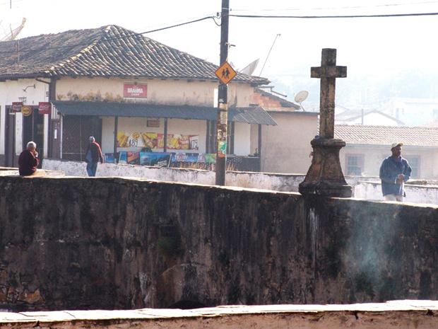 Cruz sobre a Ponte da Barra de Ouro Preto, antes de ser danificada (Foto: Eduardo Tropia/Ouropress)